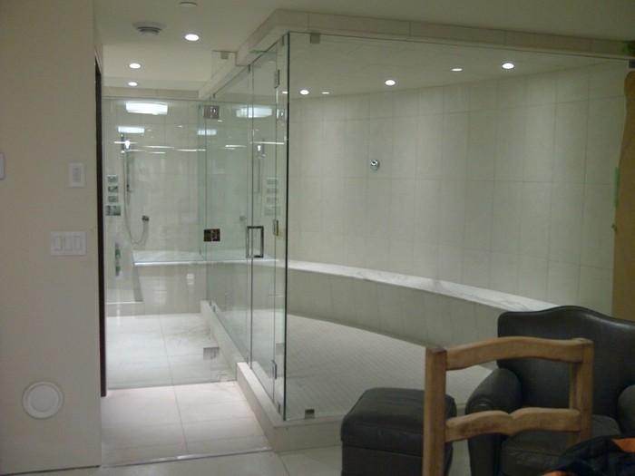 wunderschönes-kleines-badzeimmer-elegante-gläserne-duschkabine