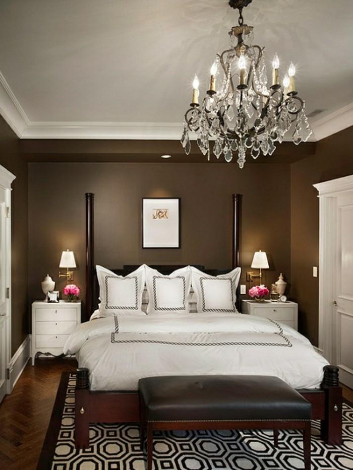 wunderschönes-modell-kronleuchter-im-gemütlichen-eleganten-schlafzimmer