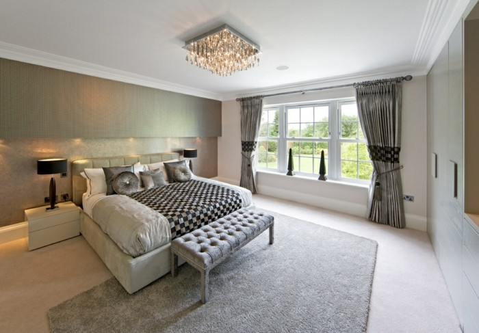 wunderschönes-modell-schlafzimmer-mit-einem-schicken-kronleuchter