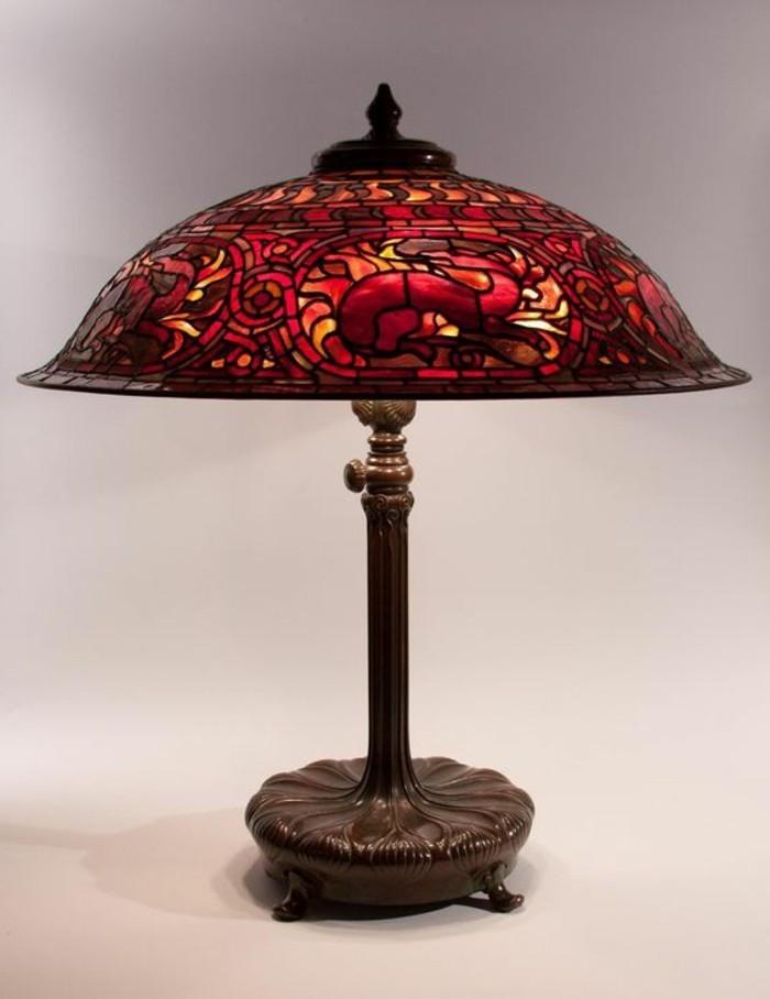 wunderschöne-rote-Tiffany-Lampe-aus-hochwertigem-Glas