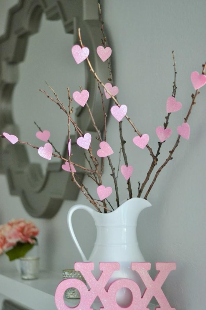 zimmer-dekorieren-rosige-schöne-herzen-in-einer-weißen-vase