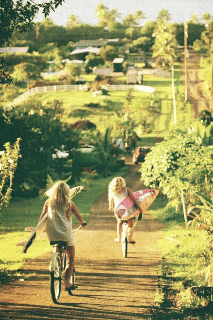 zwei-Kinder-auf-retro-Fahrräder