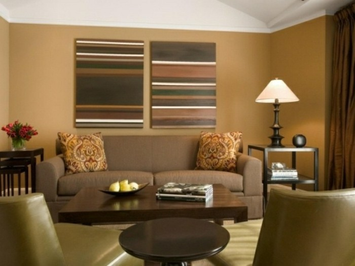 zwei-bilder-an-der-wand-beige-wohnideen-fürs-wohnzimmer-sofa-und-sessel