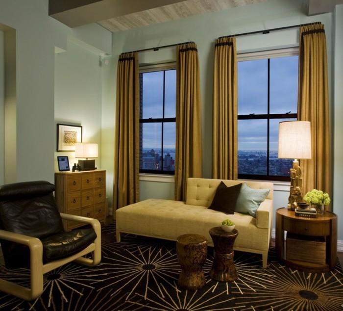 zwei-große-fenster-wohnzimmer-wandfarbe-helle-nuancen-schönes-sofa