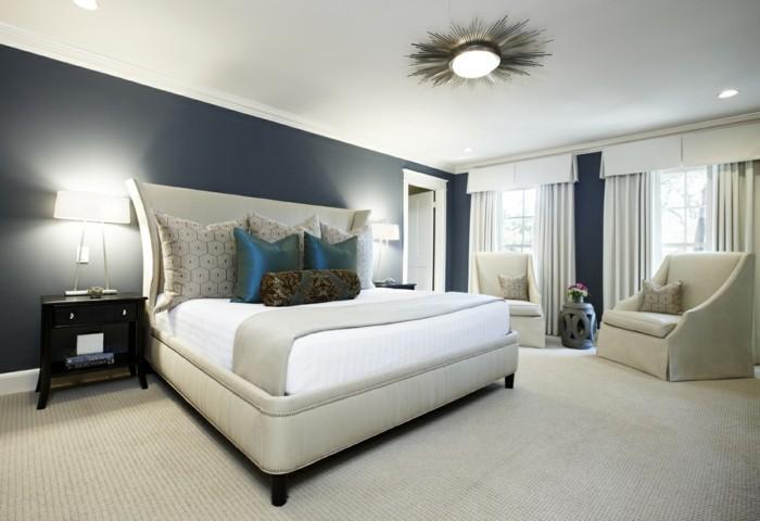 zwei-wunderschöne-nachttischlampen-im-weißen-eleganten-schlafzimmer