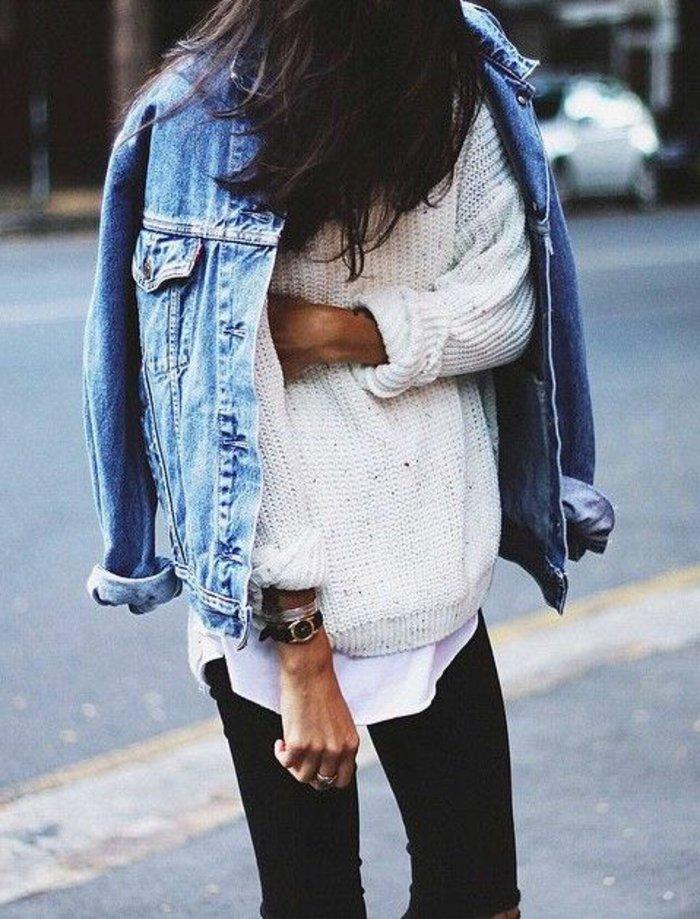 0-klassisches-Modell-Damen-Jeansjacke-weißer-Pullover-schwarze-Jeans