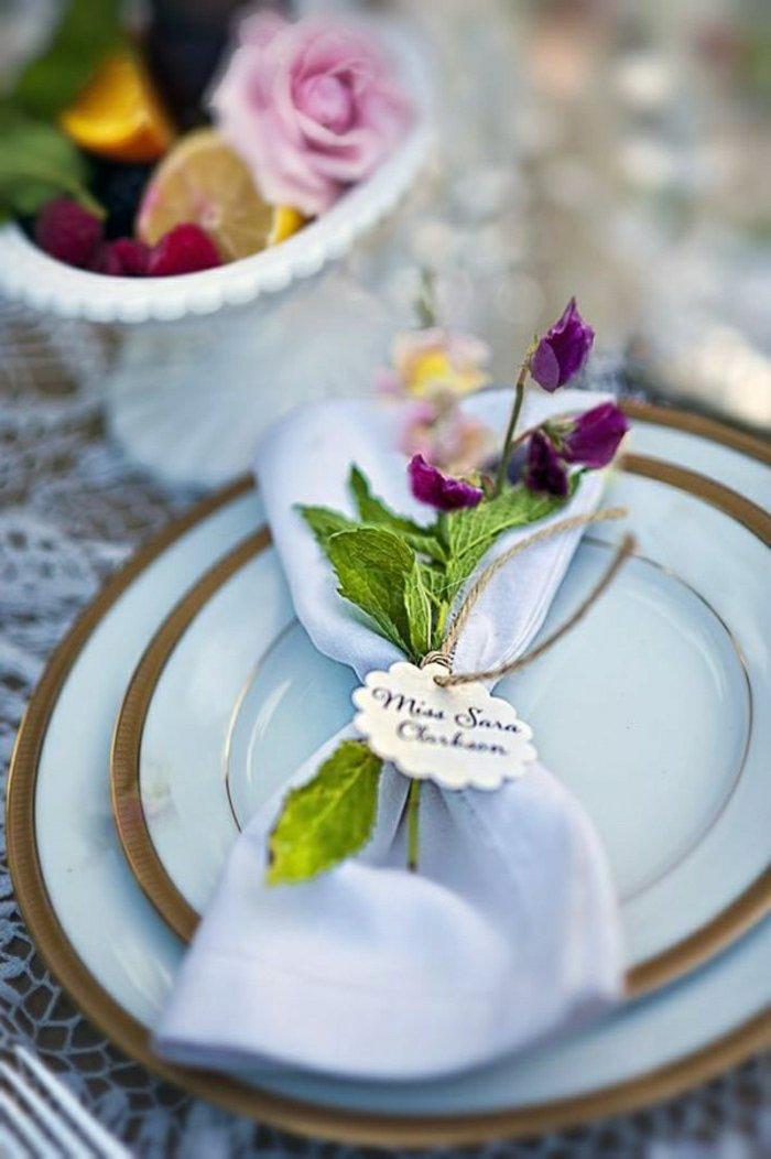 0-simple-Serviette-falten-und-mit-frischen-Blumen-dekorieren