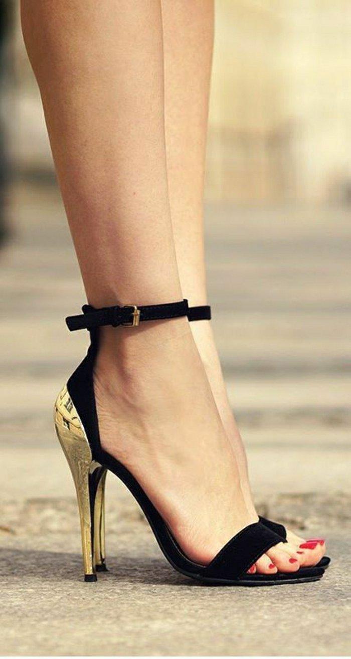 0-stilvolle-schwarze-Sandalen-mit-goldenem-Absatz