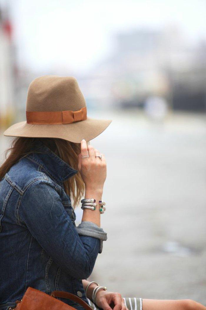 00-Damen-Jeansjacke-kombiniert-mit-beige-Hut