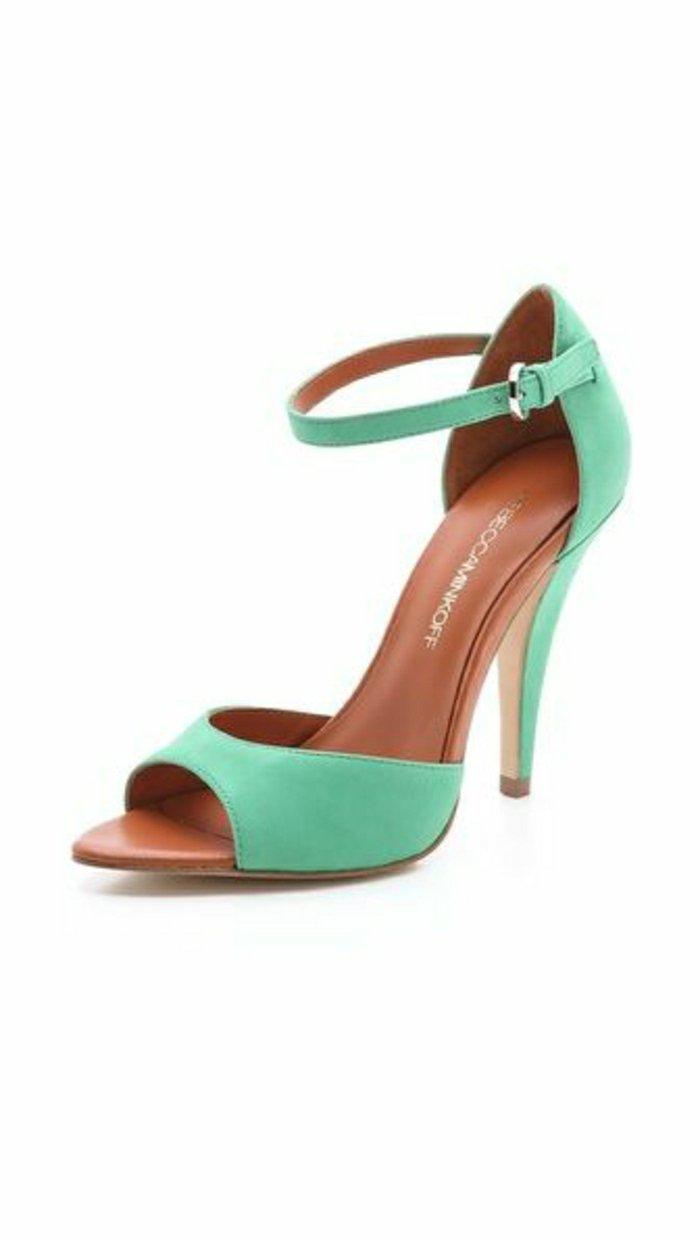 00-weibliches-Modell-Sandaletten-mit-Absatz-in-Minze-Farbe