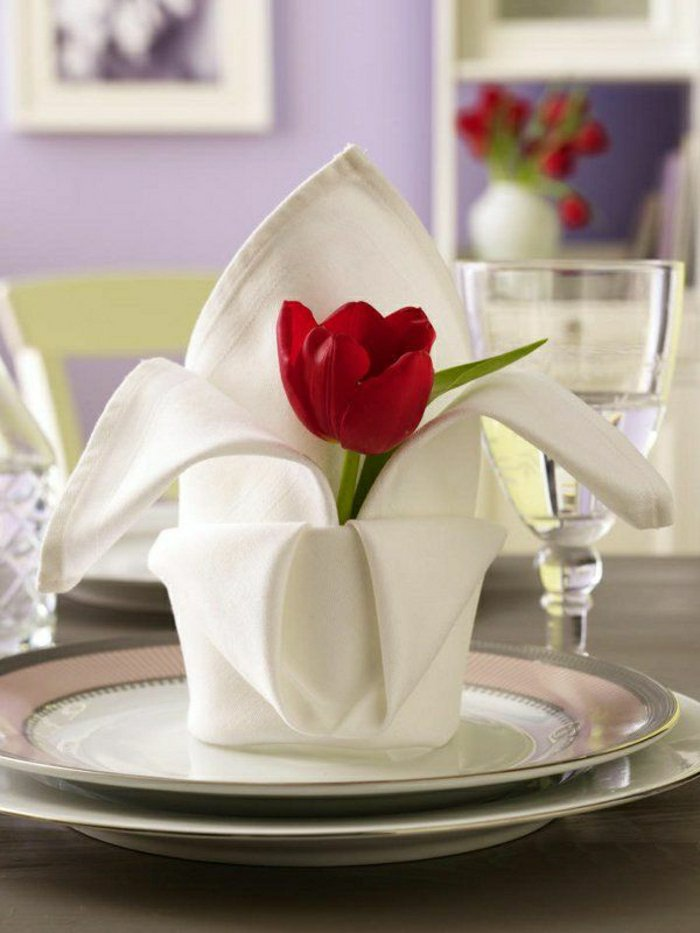 1-weiße-Serviette-als-Blumentopf-falten