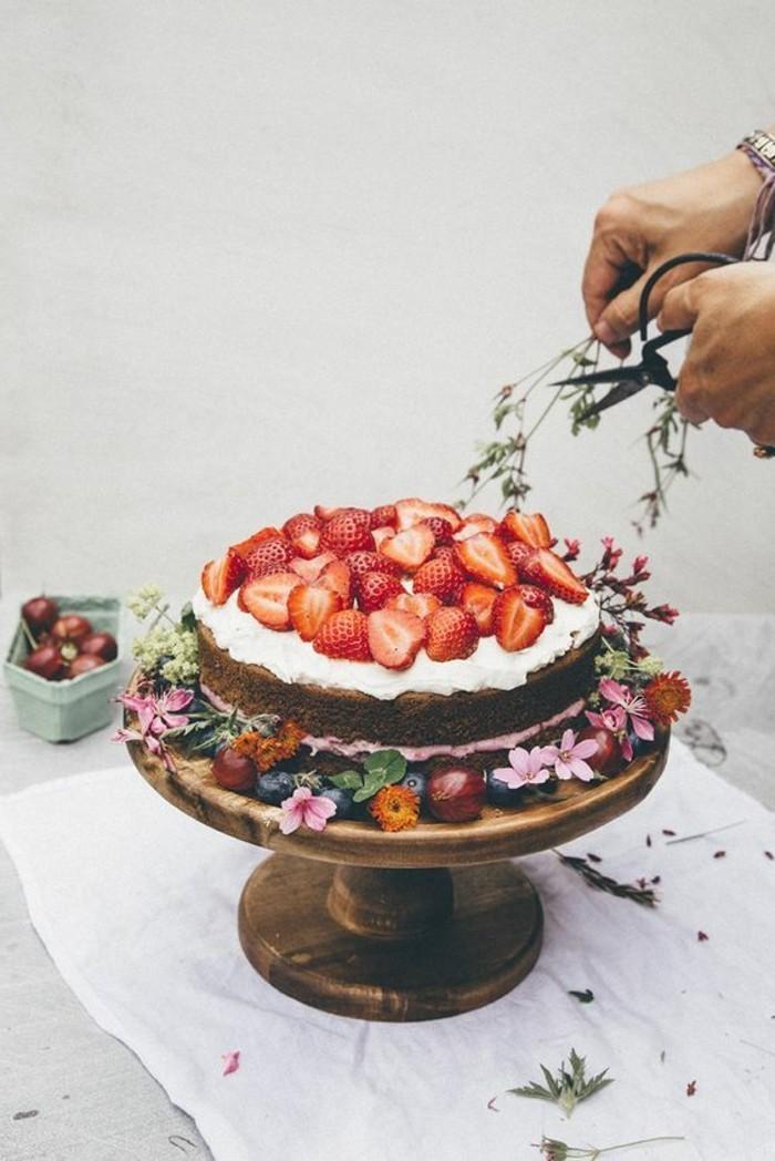 10-simple-Geburtstagstorte-mit-weißer-Glasur-dekoriert-mit-Erdbeeren