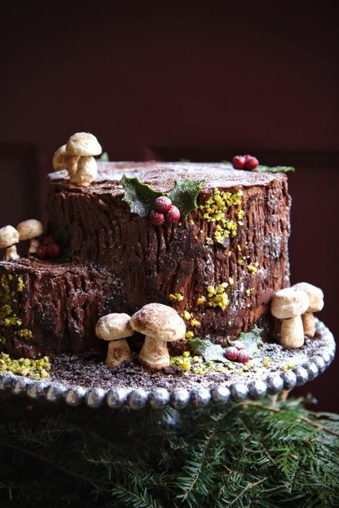 13-originelle-Idee-für-Geburtstagstorte-Stumpf-umgeben-von-Pilzen