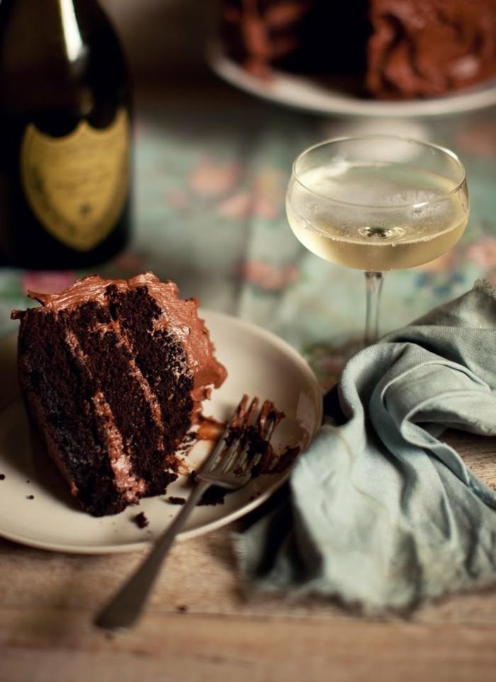 14-Schokoladentorte-mit-Glas-Champagne-kombinieren