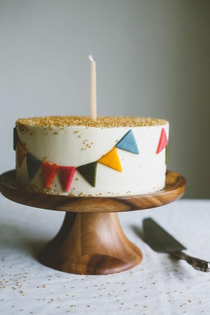 2-schöner-Geburtstagskuchen-mit-weißer-Creme