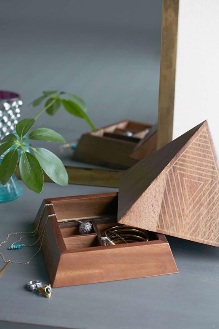 3-Schmuckschatulle-aus-Holz-in-der-Form-von-Pyramide