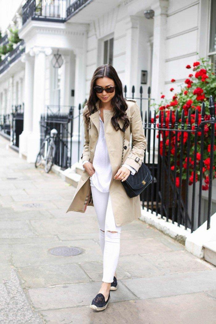 Burberry-Mantel-kombiniert-mit-weißen-Kleidern