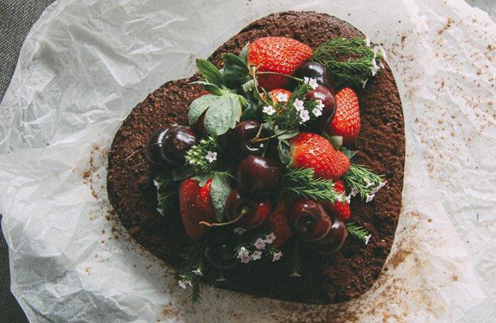 5-herzenförmiger-Geburtstagskuchen-aus-Schokolade-Kirschen-und-Erdbeeren
