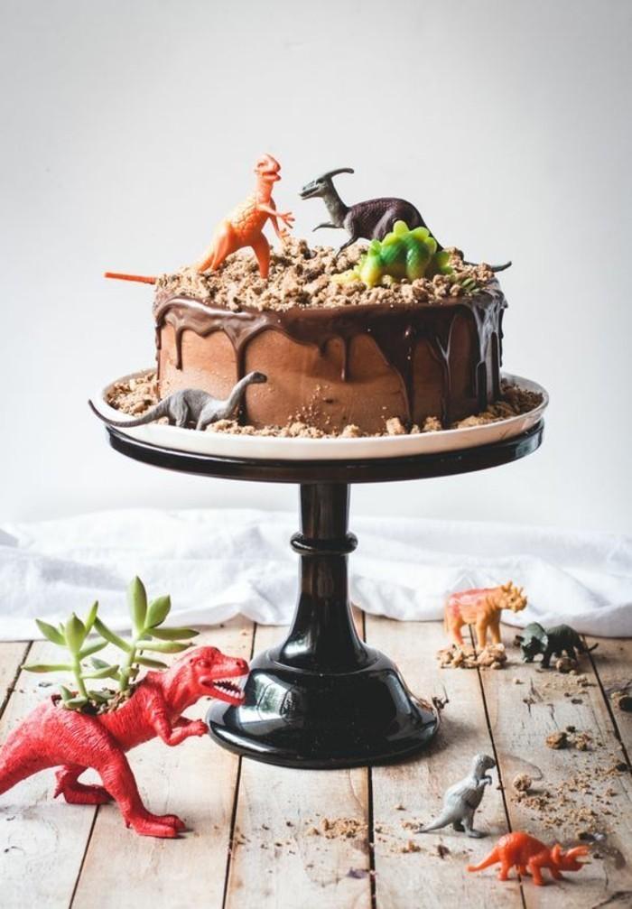 6-fantastische-Geburtstagstorte-aus-Schokolade-dekoriert-mit-Dinosauriern