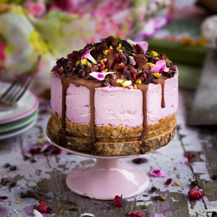 8-fantastische-Geburtstagstorte-mit-rosa-Glasur-Schokolade-und-getrockneten-Früchten