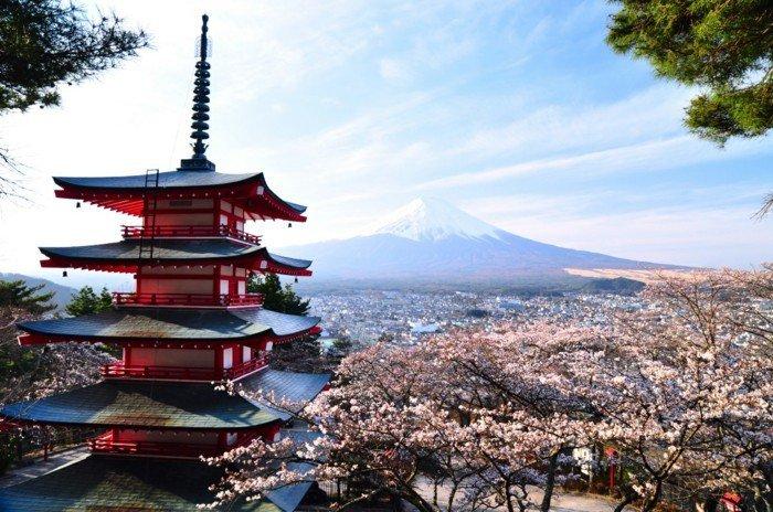Aussicht-von-Japan-typisches-Häuschen-Gebirge-Blütenbäume