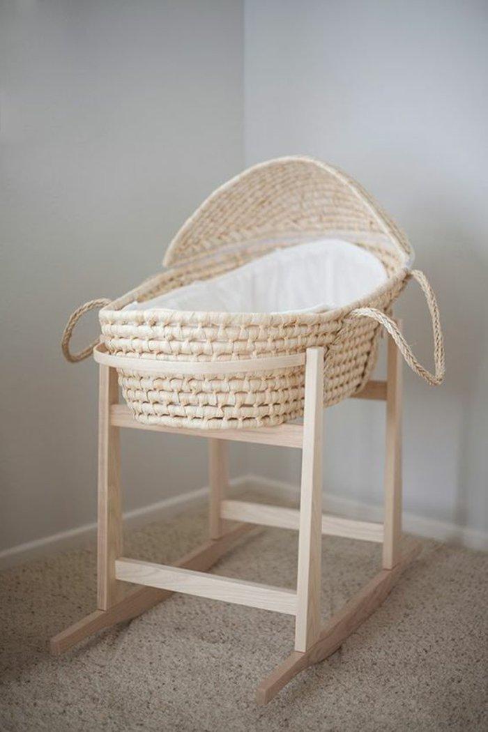 Babykorb-aus-Rattan-mit-Ständer
