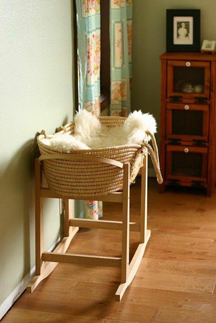 Babykorb-aus-Rattan-weißes-Pelz