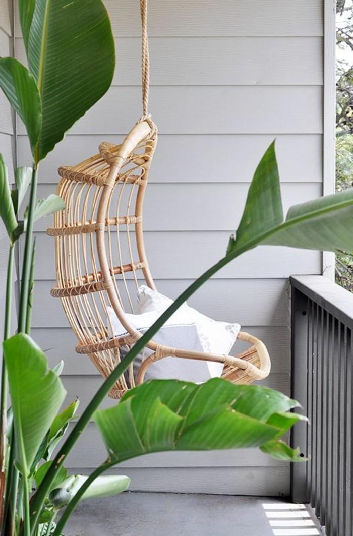 Balkon-mit-Pflanzen-und-Schaukel-Rattansessel-exotische-Atmosphäre