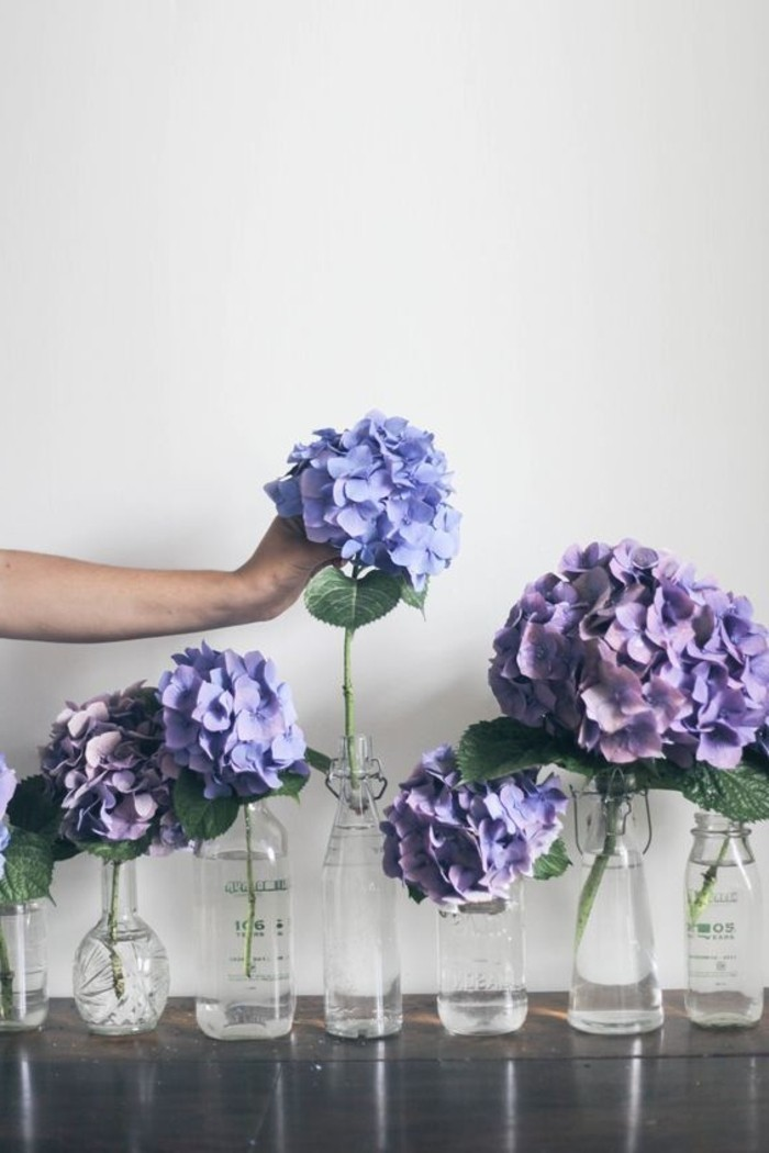 lila-Blumen-Komposition-zu-Hause-arrangieren