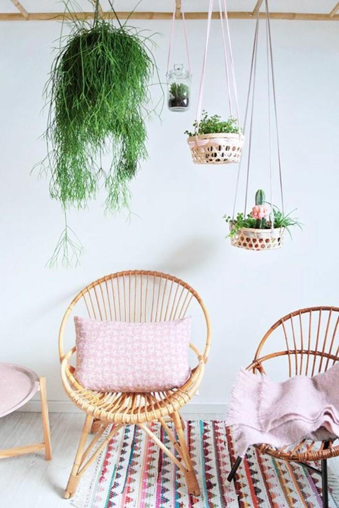 Boho-Chic-Atmosphäre-bunter-Teppich-Rattanstühle-mit-rosa-Sitzkissen