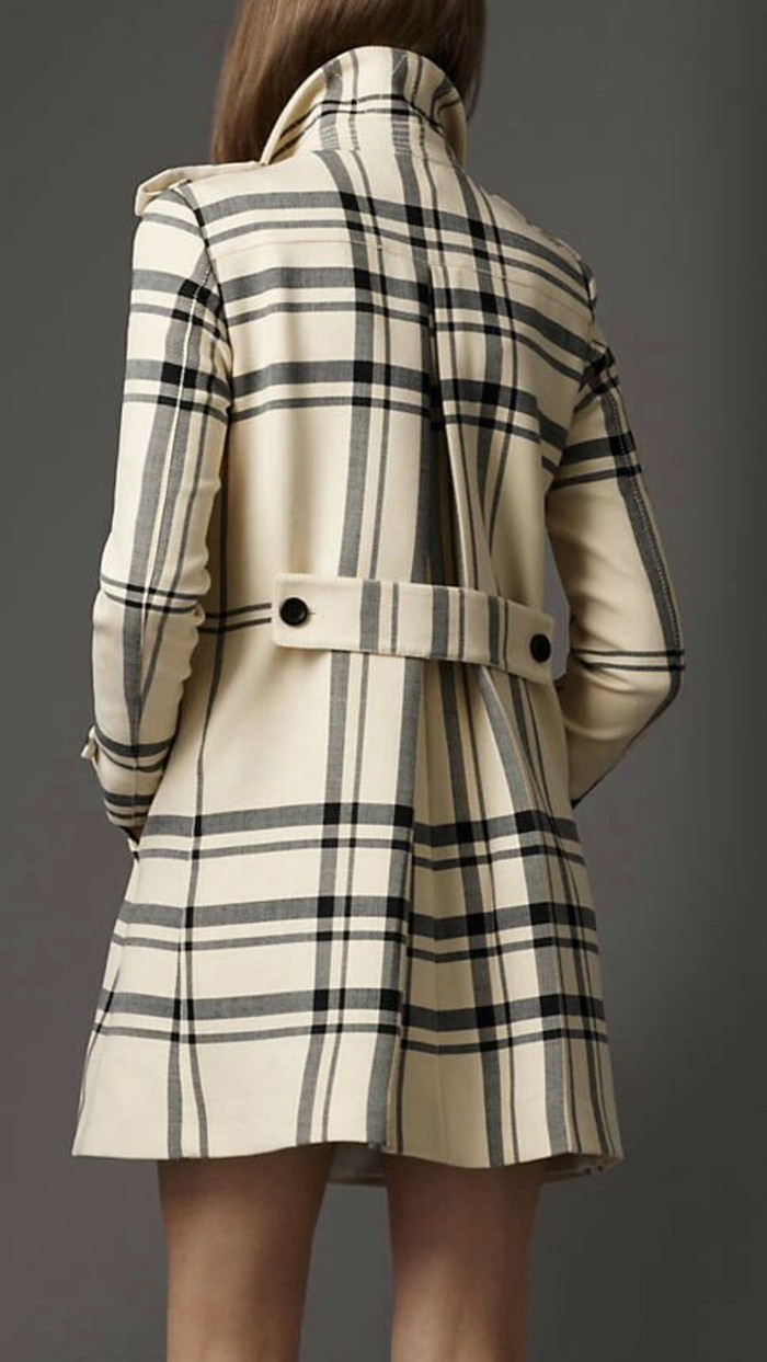 Burberry-Trench-Coat-mit-kariertem-Muster