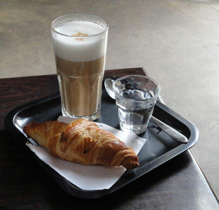 Latte-Macchiato-und-croissant-am-Frühstück
