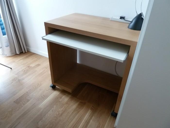 Computertisch-mit-Gleitplatte-zu-der-Tastatur