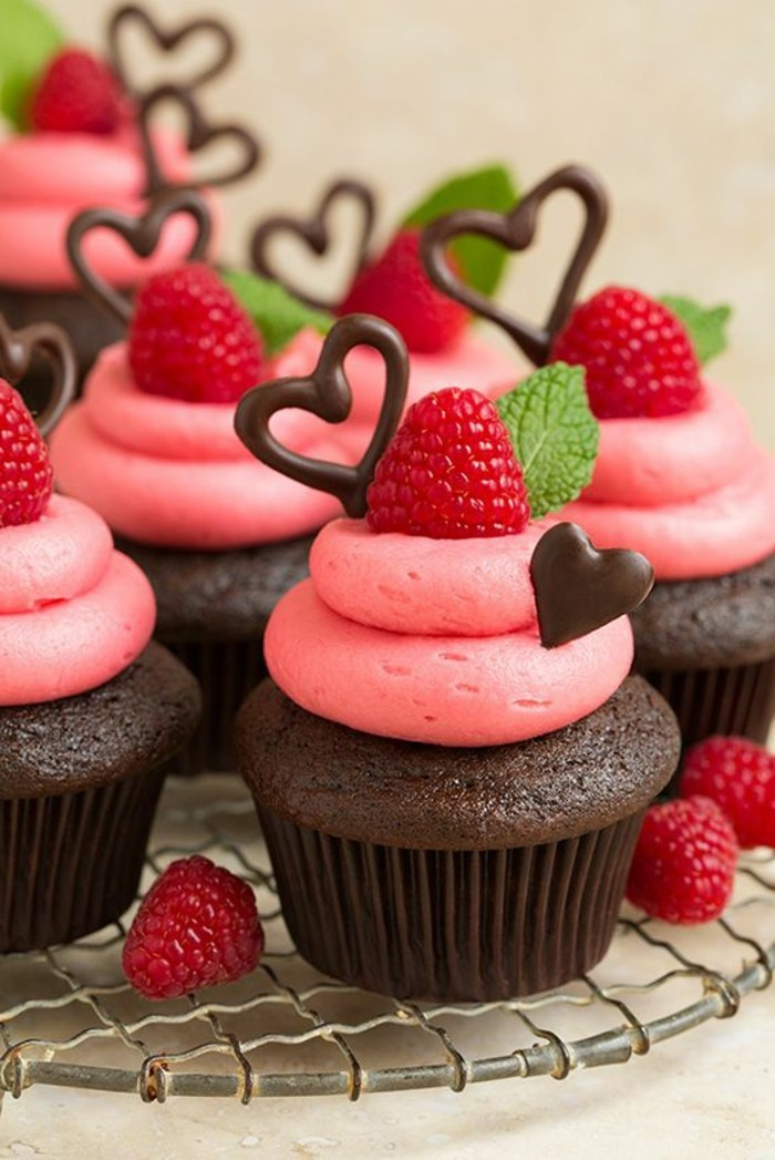 Cupcakes-mit-Himbeeren-Buttercreme-Frosting