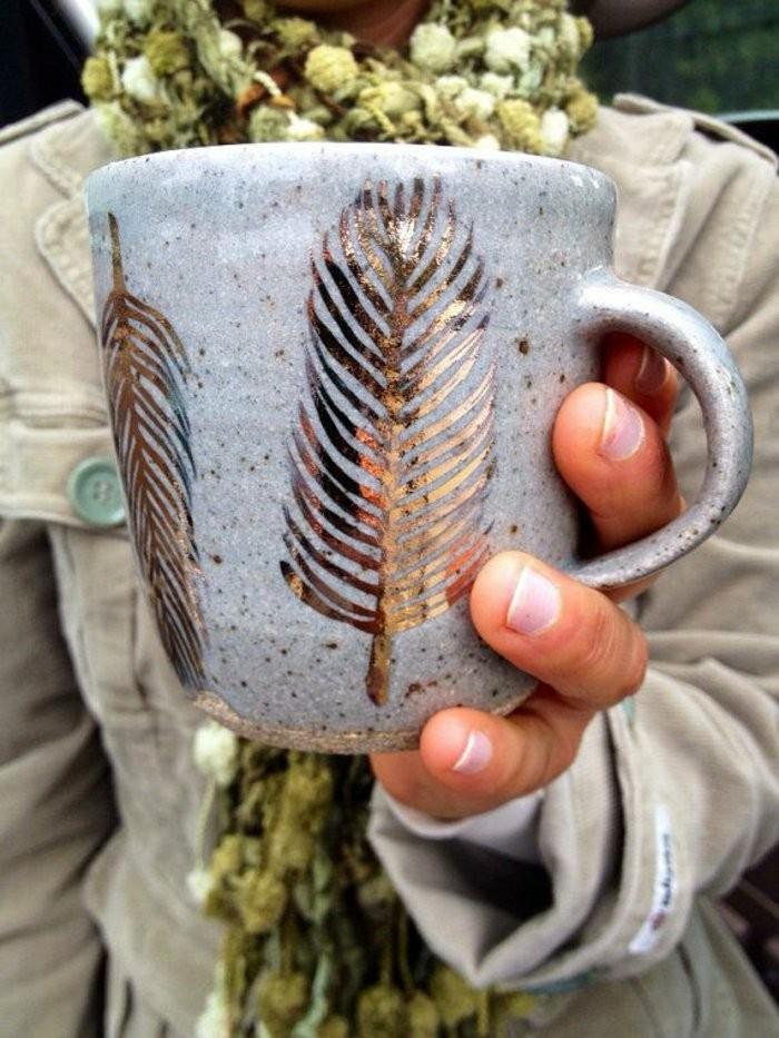 DIY-Idee-für-Kaffeetasse-mit-goldener-Dekoration