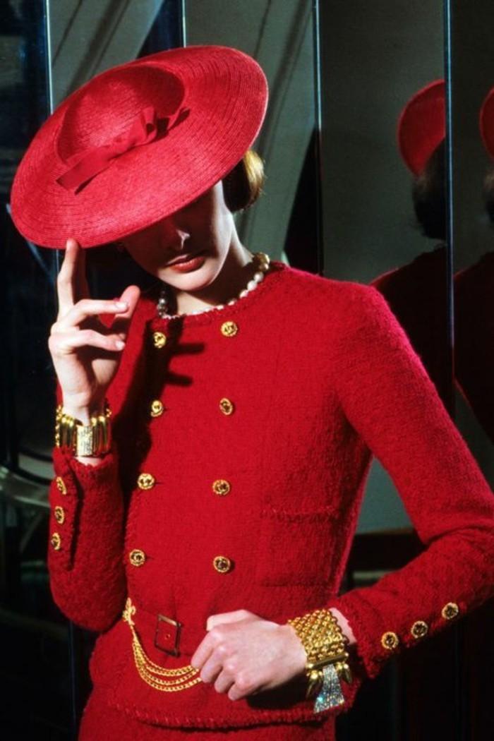 Dame-angekleidet- -Chanel-schick-elegant