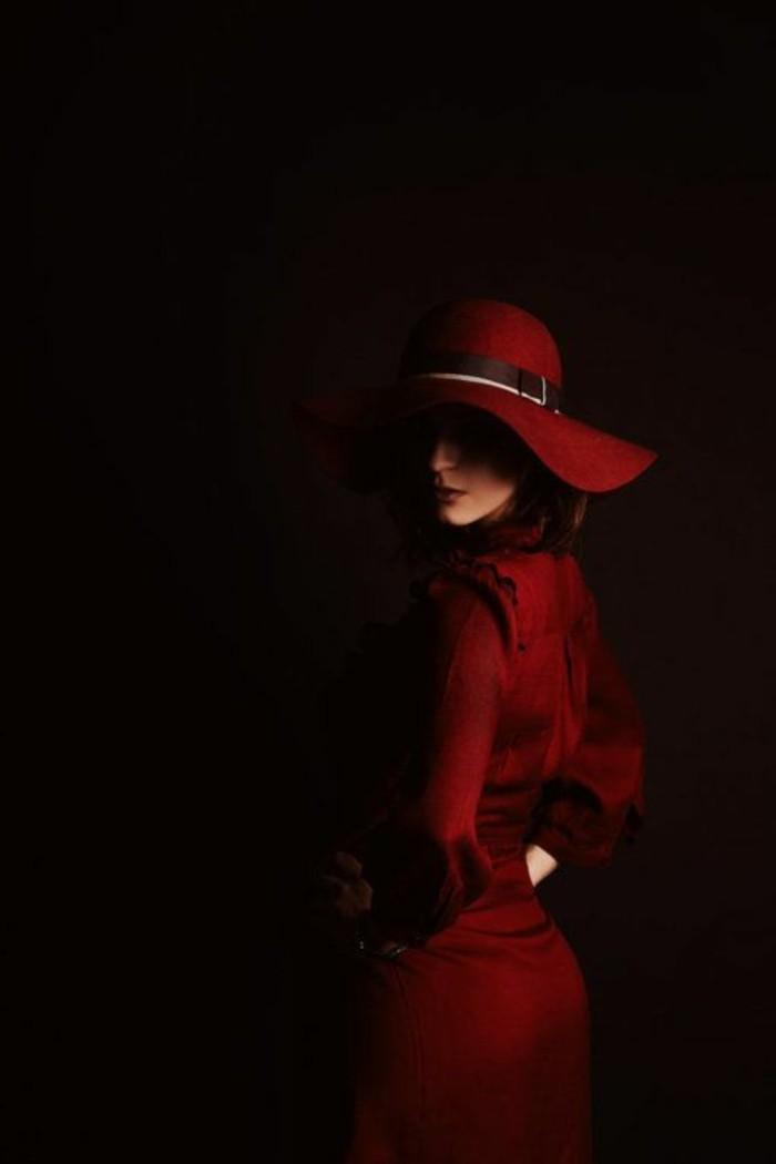 Dame-mit-mysteriöser-roten-Silhouette
