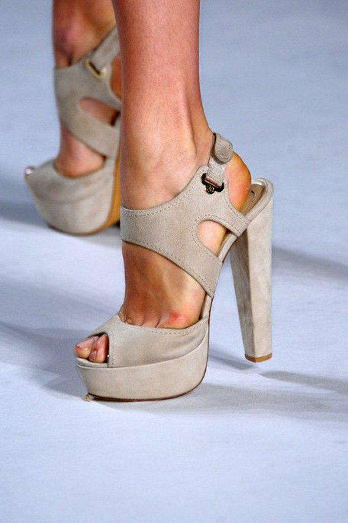 Damen-Sandalen-in-Beige-mit-hohem-Absatz