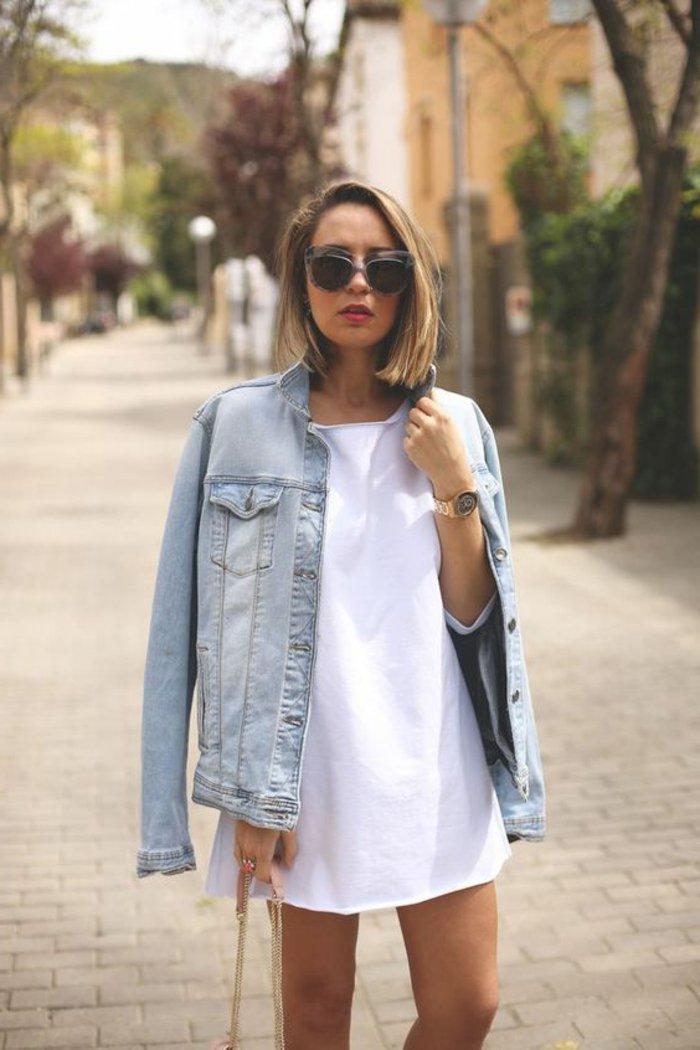 Damenjacke-aus-Denim-mit-klassischem-Design-kurzes-weißes-Kleid