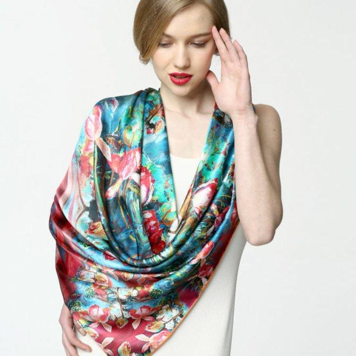 Damenschal-aus-Seide-mit-fantastischem-Muster