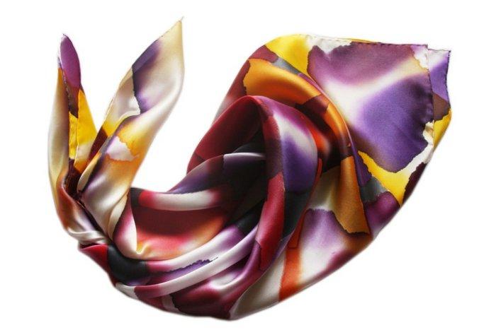Damenschal-aus-Seide-mit-herrlichem-Muster