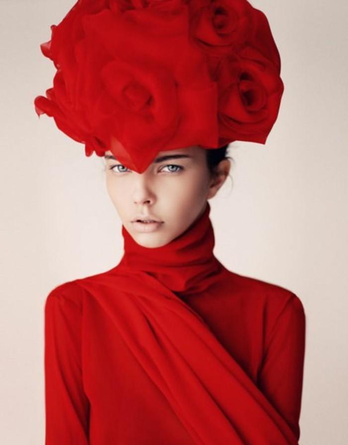 Designer-Hut-in-der-Form-von-riesigen-Rosen
