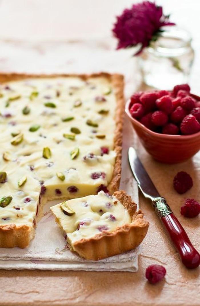 Dessert-mit-Himbeeren-Tart-mit-weißer-Schokolade-Mandeln-und-Pistazien