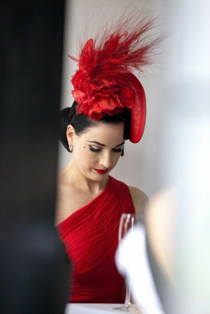 Dita-von-Teese-mit-extravagantem-Hut