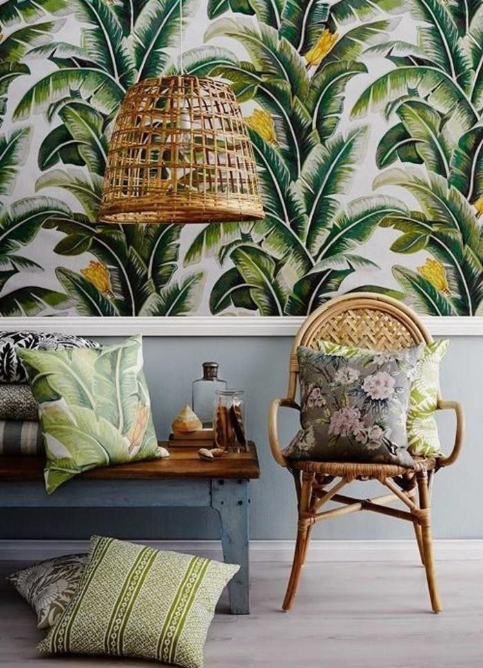 Dschungel-Atmosphäre-schaffen-Texturen-mit-grünem-Pflanzen-Muster-bunte-Wände-Rattanmöbel