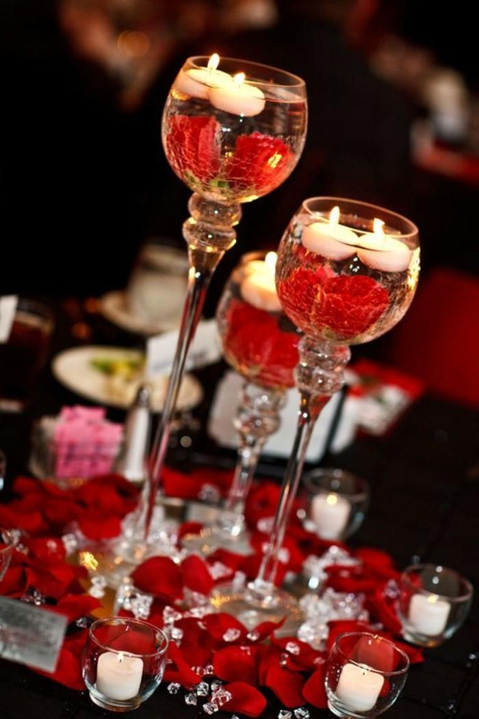 Duftkerzen-mit-Rosen-in-hohen-Gläsern