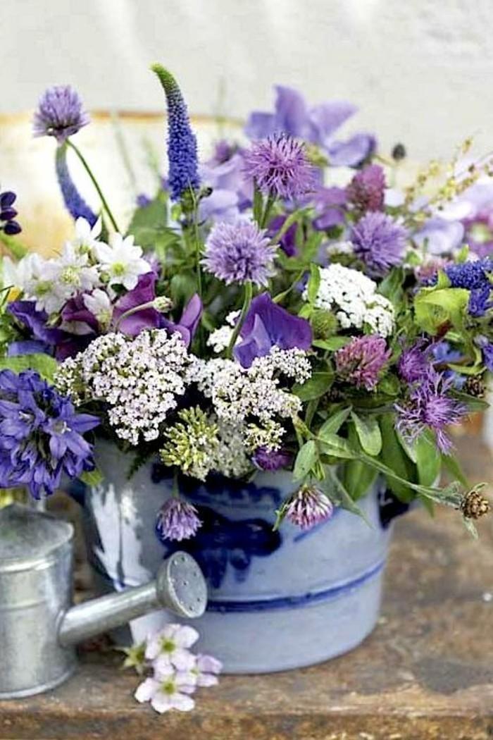 Eimer-voll-mit-frischen-lila-Frühlingsblumen