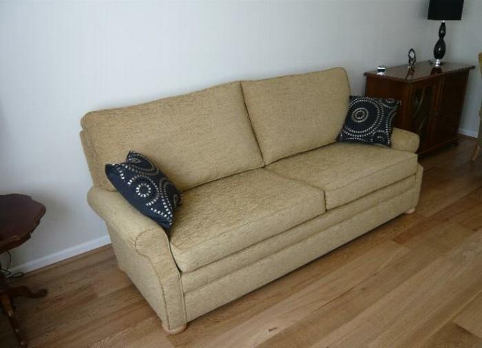 Einfaches-Zweisitzer-Sofa-zu-jedem-Haus