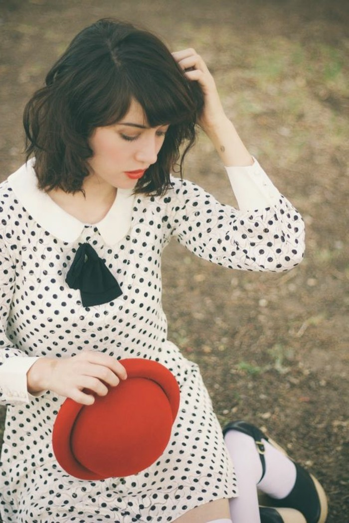 Fashion-Nerd-Stil-Polka-Dot-Kleid-roter-steifer-Hut