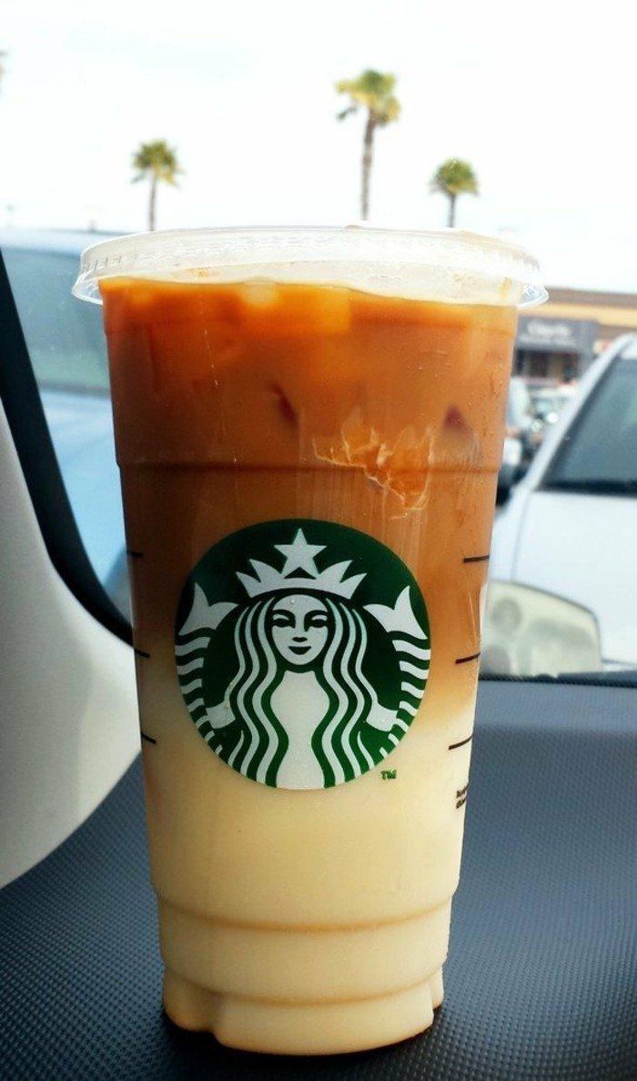 Frappe-von-Starbucks-Kaffee-Milch-und-Eis-vermischen